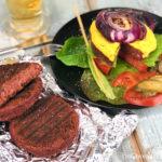веганские бургеры и тарелка с печеным луком и свежим салатом