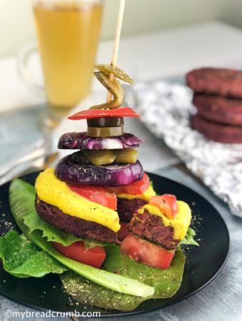 Веганский бургер на шпажке со свежими овощами и острым перцем халапеньо
