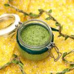 зеленый соус песто в открытой баночке