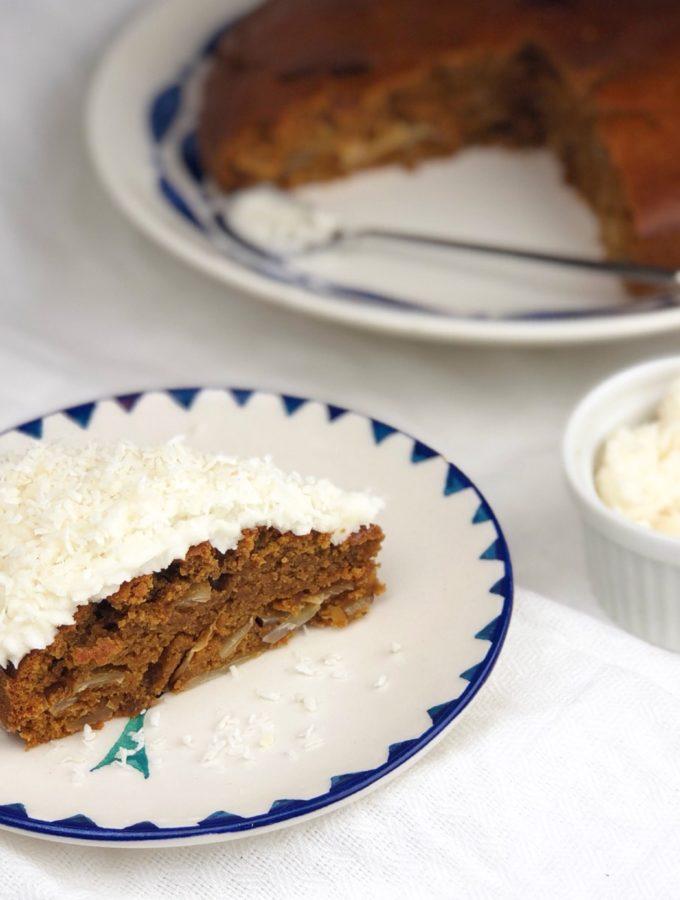 кусочек пирога с белым фростингом и кокосовой стружкой
