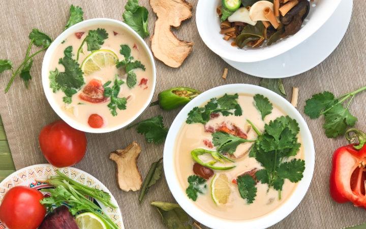 Две плошки с тайским супом Том Ям на кокосовом бульоне